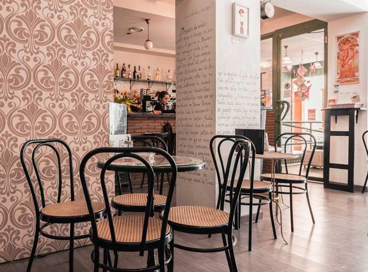 La Qarmita, una coqueta cafetería donde devorar libros en Granada